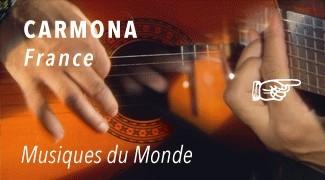 Juan Carmona une guitare entre les mains